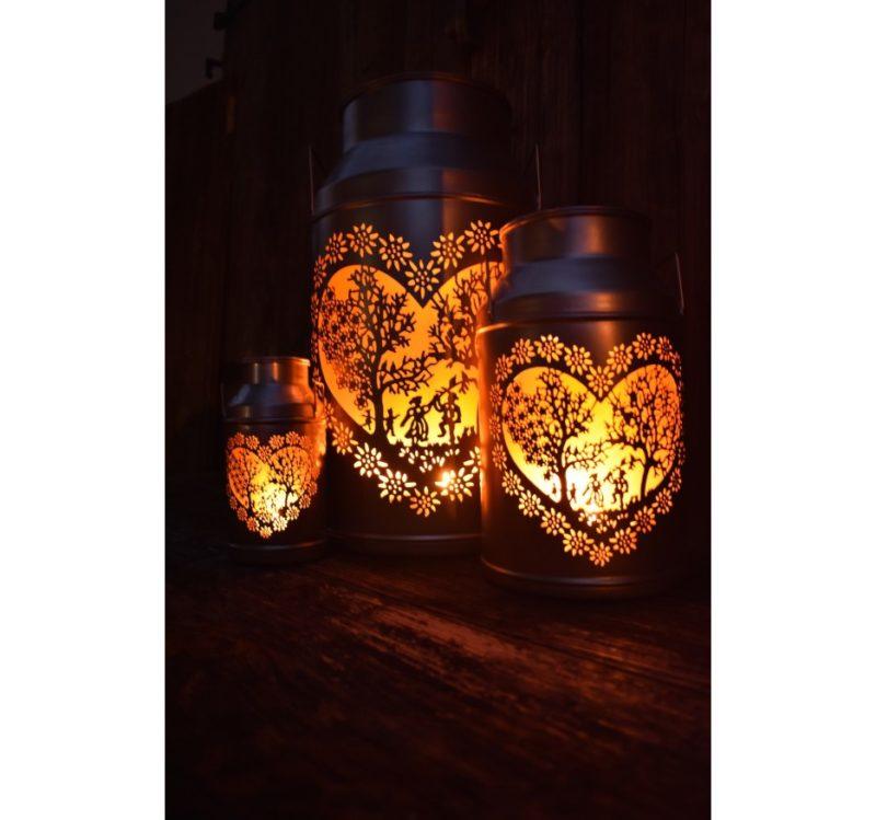 Trois lanternes boille à lait découpage amoureux en situation allumées